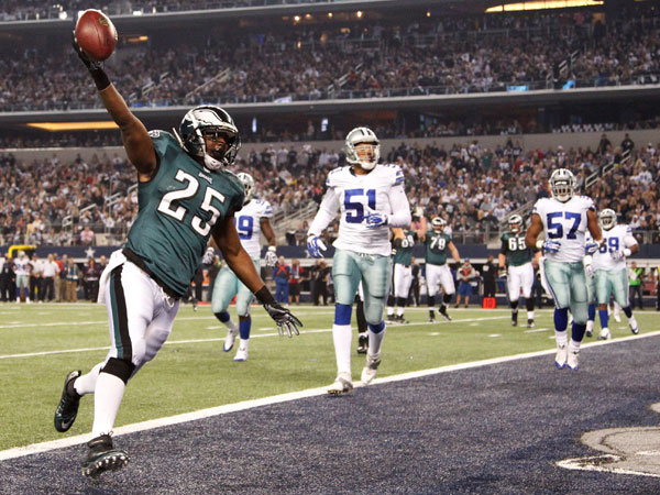 Eagles running back LeSean McCoy scores against the Cowboys. (Ron Cortes/Staff Photographer)