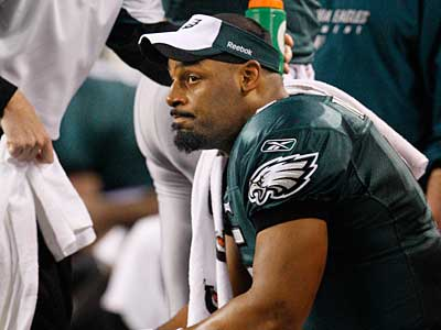 Eagles QB Donovan McNabb sits on the bench late in fourth quarter and watches his team´s chance for a bye week slip away. ( Ron Cortes / Staff Photographer )