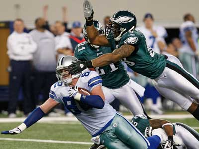 Quintin Mikell and the Eagles´ secondary struggled throughout the game to contain the Cowboys´ receivers. (Ron Cortes/Staff Photographer)