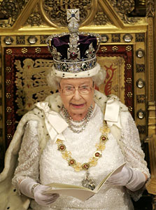 Britain´s Queen Elizabeth II, wearing the Imperial State Crown. (AP Photo / Alastair Grant)