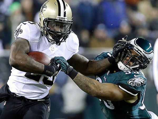 New Orleans Saints´ Khiry Robinson, left, tries to break free of Philadelphia Eagles´ Mychal Kendricks. (AP Photo/Matt Rourke)