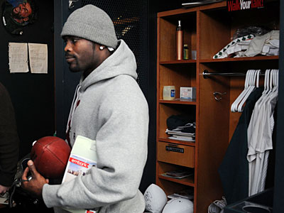 Michael Vick leaves the Eagles´ locker room earlier this month. (Sarah J. Glover / Staff Photographer)