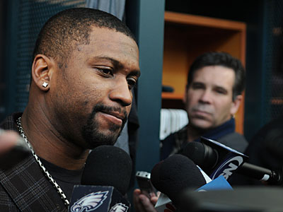 Sheldon Brown talks with the media after the Eagles´ playoff loss to the Cowboys. (Sarah J. Glover / Staff Photographer)