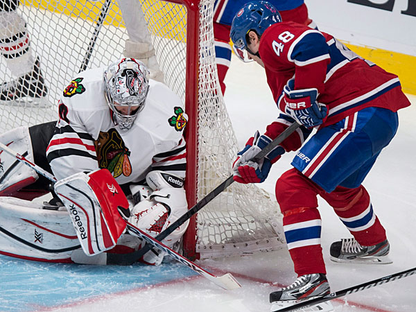 Blackhawks goalie Corey Crawford stops Montreal Canadiens´ Daniel Briere during the second period of an NHL hockey game Saturday, Jan. 11, 2014, in Montreal. (AP Photo/The Canadian Press, Paul Chiasson)