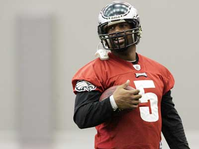 Donovan McNabb practices Wednesday for Sunday´s NFC Championship Game.  (Laurence Kesterson / Staff Photographer)