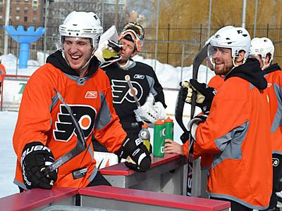 Mike Richards, left, and Ville Leino enjoy their unconventional outdoor practice in New York City´s Central Park.  (Zack Hill/Philadelphia Flyers)