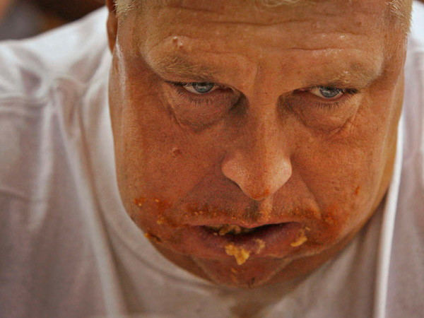 That´s not the face of a guy simply enjoying an order of chicken wings. That´s El Wingador.