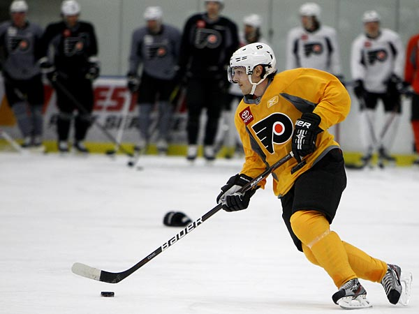 Flyers center Danny Briere skates with the puck during practice at the Skate Zone in Voorhees, N.J., on January 16, 2013. (David Maialetti/Staff Photographer)