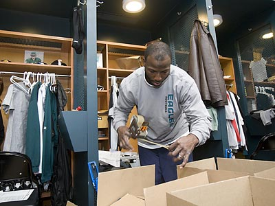 Eagles players including wide receiver Jason Avant (above) spent the afternoon cleaning out their lockers at the NovaCare Center. (Ed Hille/Staff Photographer)