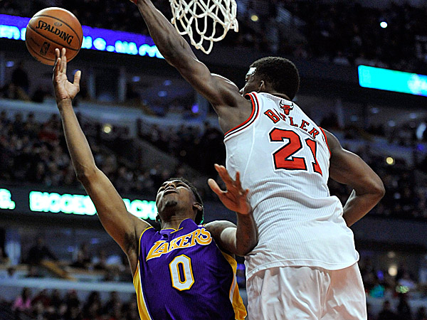 The Lakers´ Nick Young goes up for a shot against the Bulls´ Jimmy Butler. (Paul Beaty/AP)