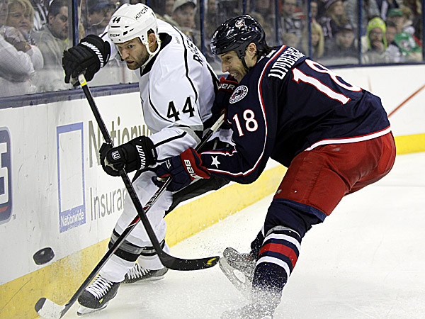 The Blue Jackets´ R.J. Umberger works against the Kings´ Robyn Regehr. (Paul Vernon/AP)