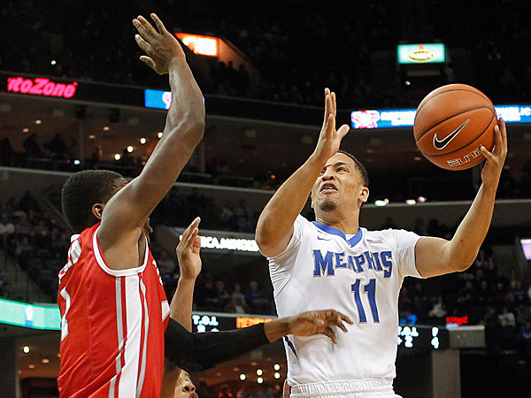 Memphis guard Michael Dixon, Jr. (11) goes to the basket against Houston forward Mikhail McLean, left, and guard Jaaran Simmons (3) in the first half of an NCAA college basketball game, Thursday, Jan. 23, 2014, in Memphis, Tenn. (Lance Murphey/AP)