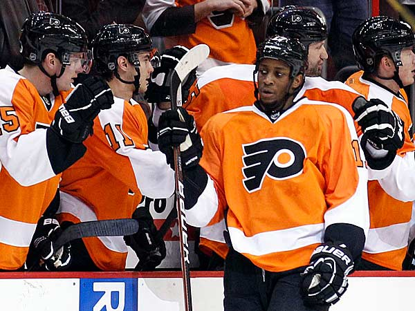 Wayne Simmonds celebrates his second period goal with his teammates against the New York Rangers on Thursday, January 24, 2013. (Yong Kim/Staff Photographer)