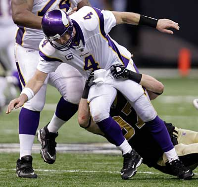 Brett Favre took a pounding Sunday, both from the Saints´ defense and from football fans. (AP Photo / Bill Haber)
