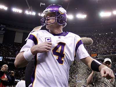 Brett Favre´s retirement decision could impact the Eagles´ future at quarterback. (AP Photo / Morry Gash)