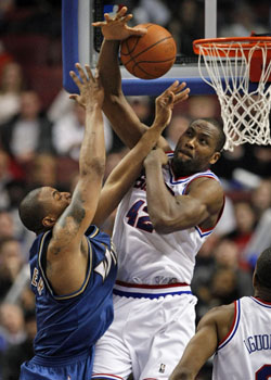 The Sixers' Elton Brand battles the Wizards' Caron Butler for a rebound in the second half. (Ron Cortes / Staff Photographer)