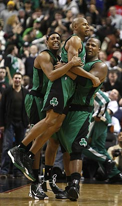 Boston´s Ray Allen gets a lift from his teammates after hitting the game-winning three-pointer.
