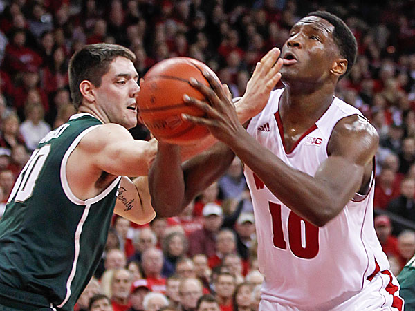 Wisconsin´s Nigel Hayes goes up against Michigan State´s Kenny Kaminski. (Andy Manis/AP)