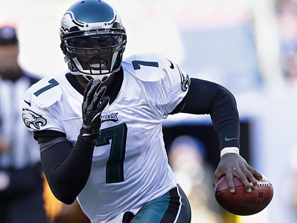 Philadelphia Eagles´ Michael Vick scrambles during the first half of an NFL football game against the New York Giants Sunday, Dec. 30, 2012 in East Rutherford, N.J. (AP Photo/Kathy Willens)
