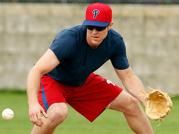 Chase Utley looked healthy fielding grounders on camp´s first day. (Yong Kim/Staff Photographer)