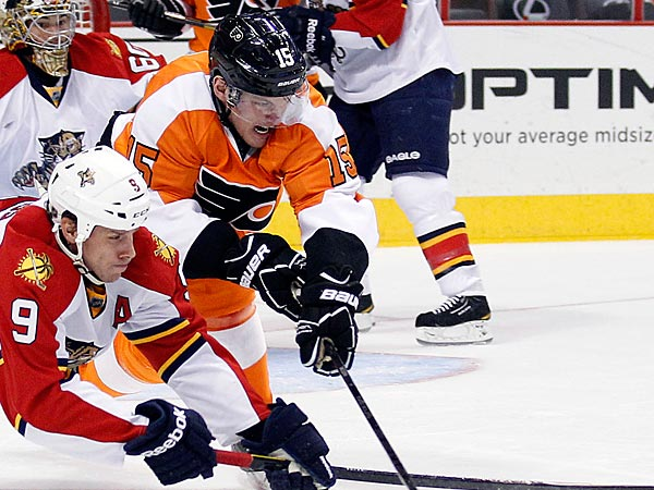 Flyers&acute; Tye McGinn goes after the puck against the Florida Panthers&acute;<br />Stephen Weiss during the first period on Thursday, February 7, 2013. <br />( Yong Kim / Staff Photographer )