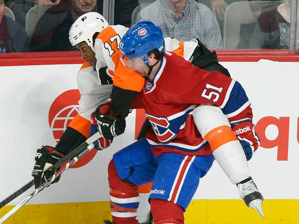 Montreal Canadiens&acute; David Desharnais (51) collides with Philadelphia<br />Flyers&acute; Wayne Simmonds during the first period of an NHL hockey game<br />in Montreal, on Saturday, Feb. 16, 2013. (Graham Hughes/AP, The Canadian Press)