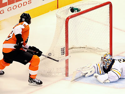 Scott Hartnell added the seventh goal in the Flyers´ 7-2 win over the Sabres on Thursday. (Steven M. Falk/Staff Photographer)