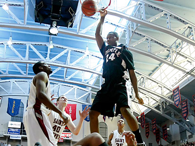 Temple´s Lavoy Allen dunks in the first half today at the Palestra. (Ron Cortes / Staff Photographer)