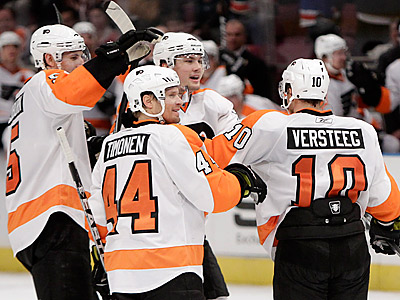 Kris Versteeg is congratulated by teammates after scoring his first goal as a Flyer. (AP Photo/Kathy Willens)