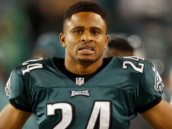 Nnamdi Asomugha watches the final minutes of the fourth quarter against the Dallas Cowboys on Sunday, November 11, 2012. (Yong Kim/Staff Photographer)