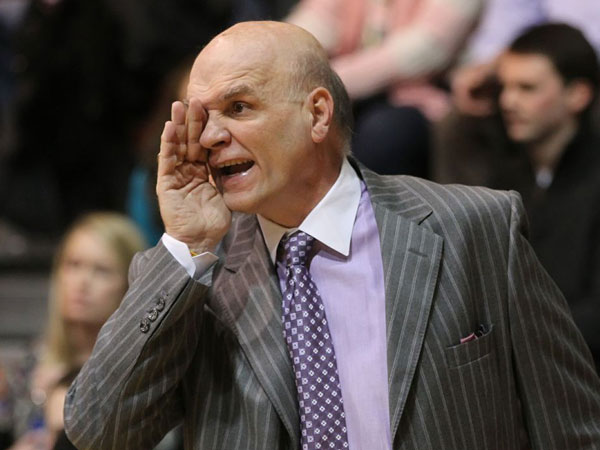 St. Joe&acute;s head coach Phil Martelli yells instructions to his offense<br />in the second half. (Michael Bryant/Staff Photographer)