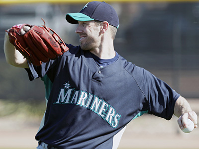 Seattle Mariners pitcher Cliff Lee throws on the team´s first day of spring training. (AP Photo/Charlie Neibergall)