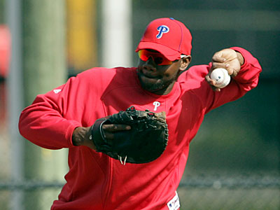 Phils first baseman Ryan Howard takes fielding practice in Clearwater. (Yong Kim / Staff Photographer)