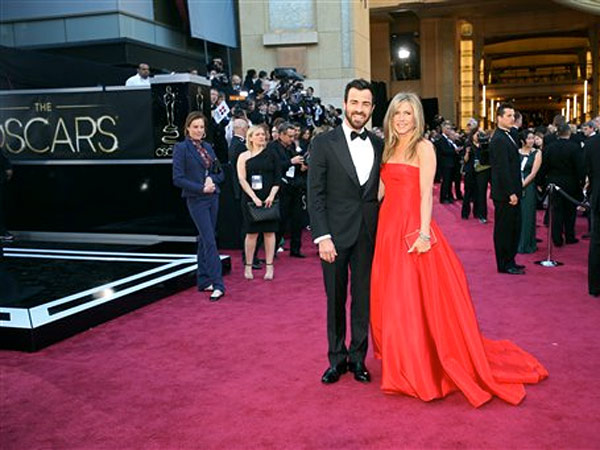 Justin Theroux, left, and Jennifer Aniston arrive at the 85th Academy Awards at the Dolby Theatre on Sunday Feb. 24, 2013, in Los Angeles. (Photo by Carlo Allegri/Invision/AP)