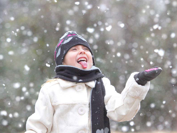 Five-year-old Alyssa Humphries catches snowflakes on her tongue during a Christmas snowfall in Anniston, Ala., Saturday, Dec. 25, 2010. (AP Photo/The Star, Stephen Gross)