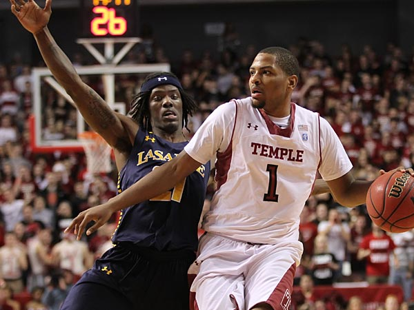 Temple&acute;s #1, Khalif Wyatt, right, doeshis best to fight off LaSalle&acute;s<br />#21, Tyrone Garland, left, as he is bronging the ball down the coaurt.<br />Temple won 82-74. Big Five matchup. La Salle at Temple.  Game action<br />02/21/2013 ( MICHAEL BRYANT / Staff Photographer )