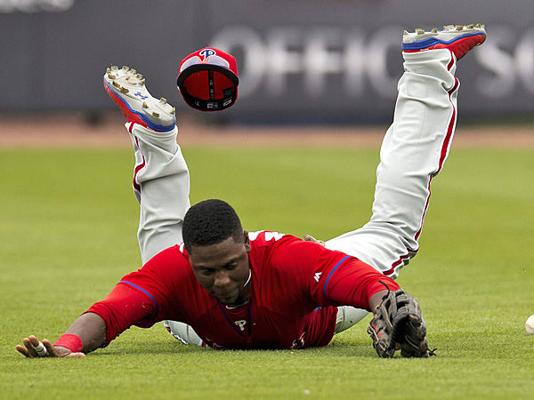 Phillies right fielder John Mayberry dives for a single by the Blue Jays´ Edwin Encarnacion during the fifth inning. (Frank Gunn/AP/The Canadian Press)