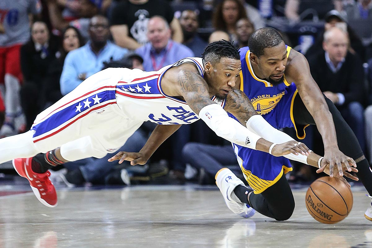 Robert Covington (left), scrambling for a loose ball with the Warriors´ Kevin Durant in February, underwent arthroscopic surgery Tuesday.