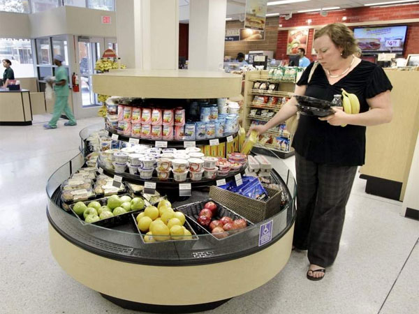 "Sheri DiCicco was picking up dinner from the express case at the expanded Wawa at 17th and Arch on Thursday. ""Believe me, I wish we could find more sites to do what we did at Arch Street,"" Wawa´s chief says. (Elizabeth Robertson / Staff Photographer)"
