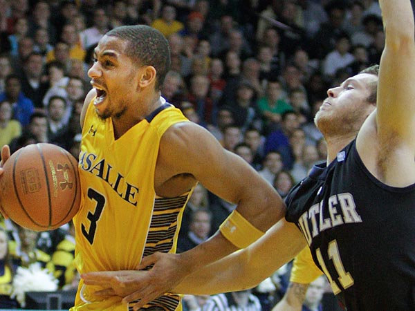 LaSalle&acute;s Tyreek Duran outruns Butler&acute;s Jackson Aldridge during the<br />second half at Tom Gola Arena in Philadelphia, Wednesday, January 23,<br />2013. LaSalle Upsets Butler 54-53. (  Steven M. Falk / Staff<br />Photographer )
