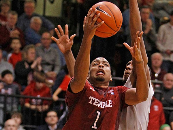 Temple&acute;s Khalif Wyatt layup in front of Hawks&acute; Langston Galloway tied<br />the score before C.J. Aiken winning baskt. Temple Owls vs St. Joseph&acute;s<br />University at Hagan Arena on Saturday, Februrary 2, 2013. ( Ronald<br />Cortes / Staff Photographer ).