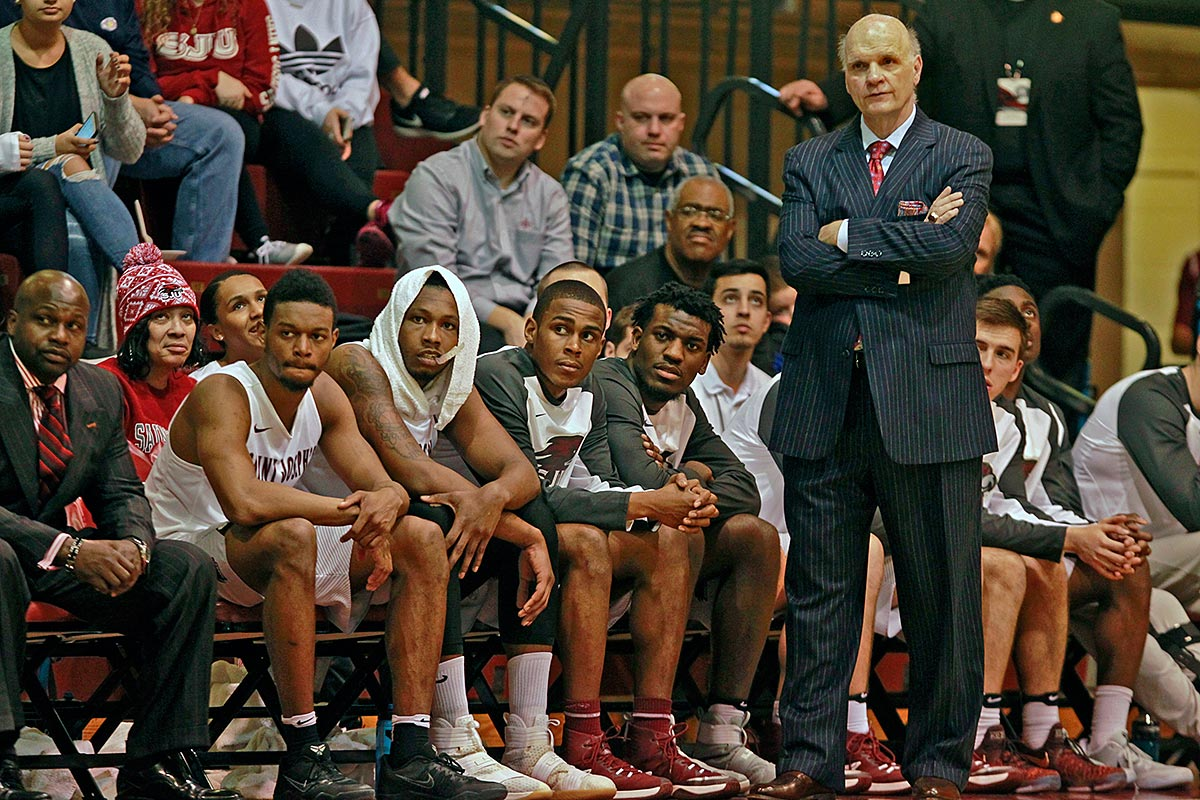 Saint Joseph´s coach Phil Martelli and his team watch as they lose to Rhode Island.