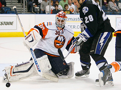 New York Islanders goalie Dwayne Roloson (30) could become Ray Emery´s replacement. (AP Photo/Chris O´Meara)