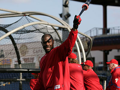 Phillies´ Ryan Howard greets fans during batting practice before a spring training game. (David Swanson / Staff Photographer)