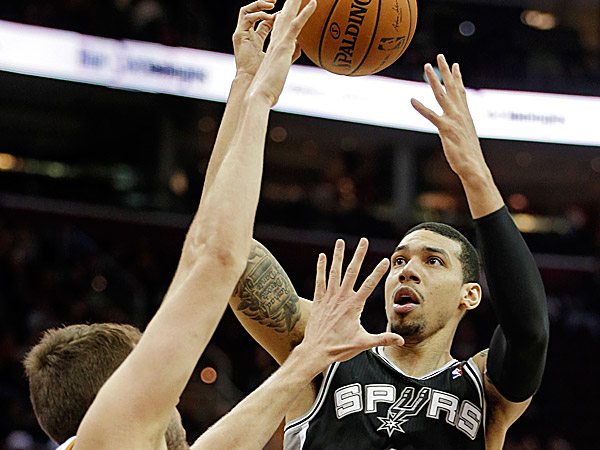 The Spurs´ Danny Green shoots over the Cavaliers´ Spencer Hawes. (Mark Duncan/AP)