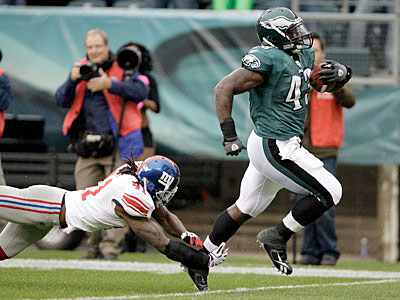 The Eagles have made Leonard Weaver the highest-paid fullback in NFL history. ( David Maialetti / Staff Photographer )