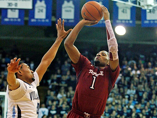 Temple´s Khalif Wyatt (1) shoot over Villanova´s Darrun Hilliard in the first half of an NCAA college basketball game, Wednesday, Dec. 5, 2012, in Philadelphia. (AP Photo/ H. Rumph Jr)