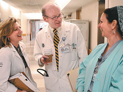 Abington Memorial Hospital chief of staff John J. Kelly talks with nurses Peg Below (left) and Deborah Anderson. Before Pat Zakrzewski died, Kelly got her permission to use her story in campaigning against infections. (Tom Gralish / Staff Photographer)