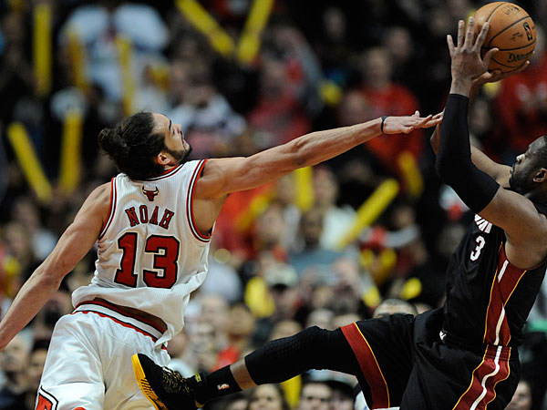 Chicago´s Joakim Noah (13) tries to block a shot by Miami´s Dwyane Wade during the fourth quarter. (AP Photo/ Paul Beaty)