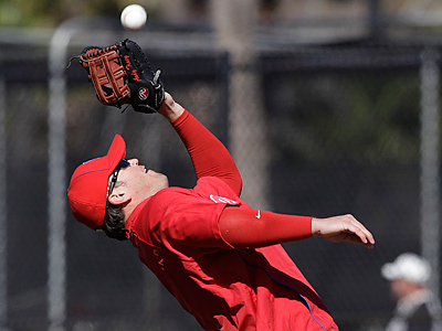 Phillies´ Andy Tracy fields the ball during spring training baseball practice in Clearwater, Fla. (AP Photo/Eric Gay)